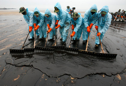oil spill clean up workers