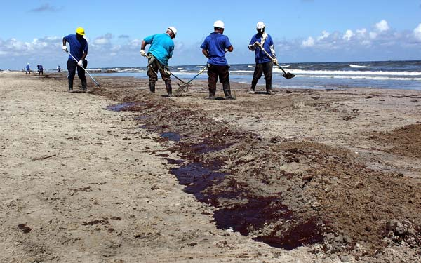 fishermancleaning_bp_oil_spill